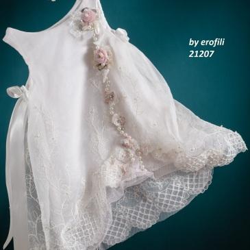 Ένα ανάλαφρο βαφτιστικό σύνολο για κορίτσι σε αστραφτερό λευκό που περιλαμβάνει: Φόρεμα (φόδρα από 100% βαμβάκι) άσπρο με συνδυασμό από κεντημένη δαντέλα,τούλι, υφασμάτινα λουλούδια και πέρλες Στεφανάκι με ασορτί χειροποίητα λουλούδια Για τις πιο φρέσκες εμφανίσεις!