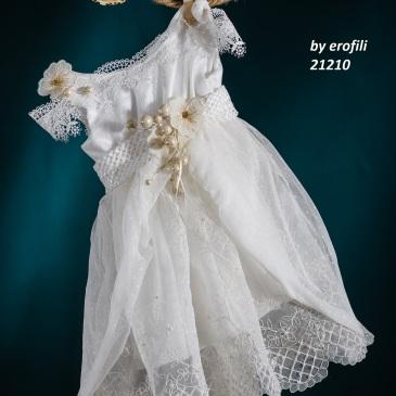 Ένα ντελικάτο βαφτιστικό σύνολο για κορίτσι σε κεντητό λευκό που περιλαμβάνει: Φόρεμα (φόδρα από 100% βαμβάκι) άσπρο με συνδυασμό από δαντέλες,τούλι και κέντημα με πέρλες, ζώνη με μπεζ λεπτομέρειες Στεφανάκι με ασορτί χειροποίητα λουλούδια Για τις πιο chic εμφανίσεις! Τιμή: 210 Ε