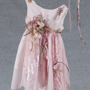 Ένα ανθοστόλιστο βαφτιστικό σύνολο για κορίτσι με θέμα τα λουλούδια που περιλαμβάνει: Φόρεμα (φόδρα από 100% βαμβάκι) ροζ, στολισμένο με χειροποίητα υφασμάτινα λουλούδια και ασύμμετρη φούστα από τούλι και δαντέλα Στεφανάκι ή καπελάκι με χειροποίητα λουλούδια Για γιορτινές εμφανίσεις!