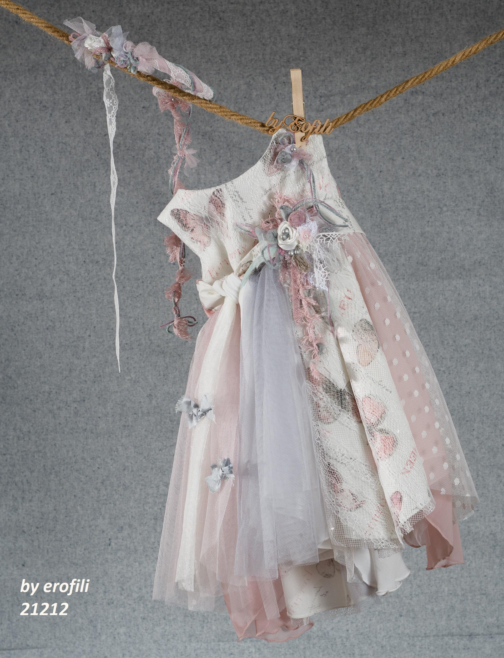 Ένα νεραϊδένιο βαφτιστικό σύνολο για κορίτσι με θέμα τις πεταλούδες που περιλαμβάνει:  Φόρεμα (φόδρα από 100% βαμβάκι) εμπριμέ, στολισμένο με χειροποίητα υφασμάτινα λουλούδια και ασύμμετρη φούστα από τούλι και δαντέλα Στεφανάκι ή καπελάκι με χειροποίητα λουλούδια  Για στιγμές ανάλαφρης ευτυχίας!