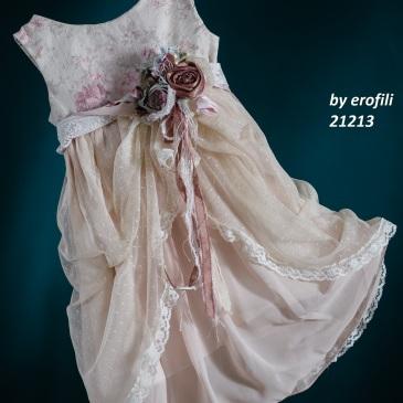 Ένα φλοράλ βαφτιστικό σύνολο για κορίτσι με θέμα τα τριντάφυλλα που περιλαμβάνει: Φόρεμα (φόδρα από 100% βαμβάκι) με φλοράλ μπούστο, στολισμένο με χειροποίητα υφασμάτινα λουλούδια και ασύμμετρη φούστα από τούλι και δαντέλα Στεφανάκι ή καπελάκι με χειροποίητα λουλούδια Για στιγμές λουλουδένιας αφθονίας!