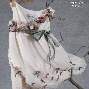 Ένα ρομαντικό βαφτιστικό σύνολο για κορίτσι σε παστέλ ροζ που περιλαμβάνει: Φόρεμα (φόδρα από 100% βαμβάκι) σε Α γραμμή με συνδυασμό από κεντημένη δαντέλα, τούλι, υφασμάτινα λουλούδια και πέρλες Στεφανάκι με ασορτί χειροποίητα λουλούδια Για τις πιο μποέμ μαγισσούλες!