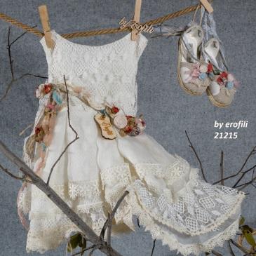 Ένα ρετρό βαφτιστικό σύνολο για κορίτσι από λευκή δαντέλα που περιλαμβάνει: Φόρεμα (φόδρα από 100% βαμβάκι) άσπρο με συνδυασμό από κεντημένη δαντέλα, τούλι, ζώνη με υφασμάτινα λουλούδια και ασύμμετρη φούστα Στεφανάκι με ασορτί χειροποίητα λουλούδια Μπαλαρίνες ασορτί Για τις πιο γλυκές παρουσίες!