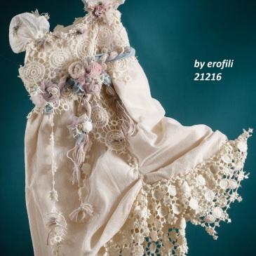 Ένα κινηματογραφικό βαφτιστικό σύνολο για κορίτσι σε απαλό εκρού που περιλαμβάνει: Φόρεμα (φόδρα από 100% βαμβάκι) με δαντελένιο μπούστο, τούλινα μανίκια, ζώνη με υφασμάτινα λουλούδια και φούστα από δαντέλα Στεφανάκι με ασορτί χειροποίητα λουλούδια Για τις πιο ευφάνταστες εμφ
