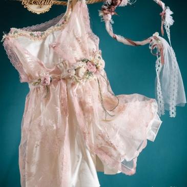 Ένα boho σύνολο για κορίτσι με ρετρό αισθητική που περιλαμβάνει: Φόρεμα (φόδρα από 100% βαμβάκι) ζαχαρί, στολισμένο με χειροποίητα υφασμάτινα λουλούδια και γιλέκο από ροζ δαντέλα Στεφανάκι ή καπελάκι με χειροποίητα λουλούδια Μια παστέλ πανδαισία!