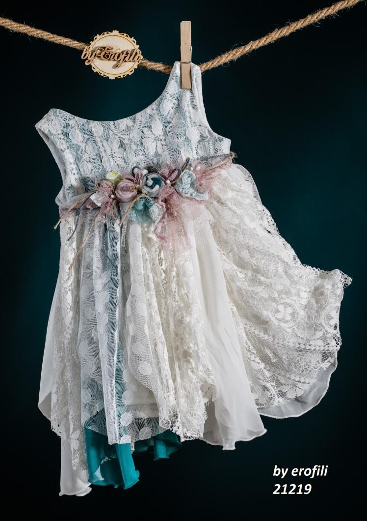 Ένα boho βαφτιστικό σύνολο για κορίτσι με θαλασσί πινελιές που περιλαμβάνει: Φόρεμα (φόδρα από 100% βαμβάκι) λευκό - πετρόλ με στρώσεις δαντέλας και τούλι, στολισμένο με χειροποίητα υφασμάτινα λουλούδια Στεφανάκι ή καπελάκι με χειροποίητα λουλούδια