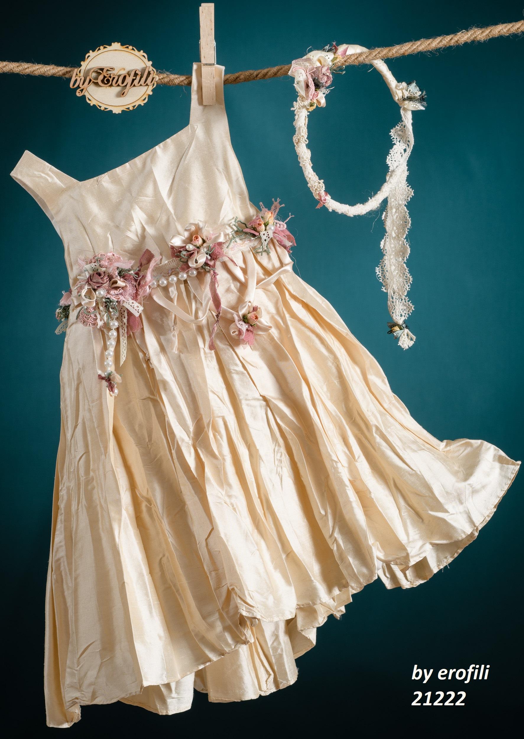 Ένα πλουσιοπάροχο βαφτιστικό σύνολο για κορίτσι σε χρυσούς τόνους που περιλαμβάνει:  Φόρεμα (φόδρα από 100% βαμβάκι) σε λαμπερό χρυσό με ζώνη από χειροποίητα υφασμάτινα λουλούδια  Στεφανάκι με ασορτί χειροποίητα λουλούδια Για μικρές κυρίες που λατρεύουν να είναι το επίκεντρο της προσοχής!
