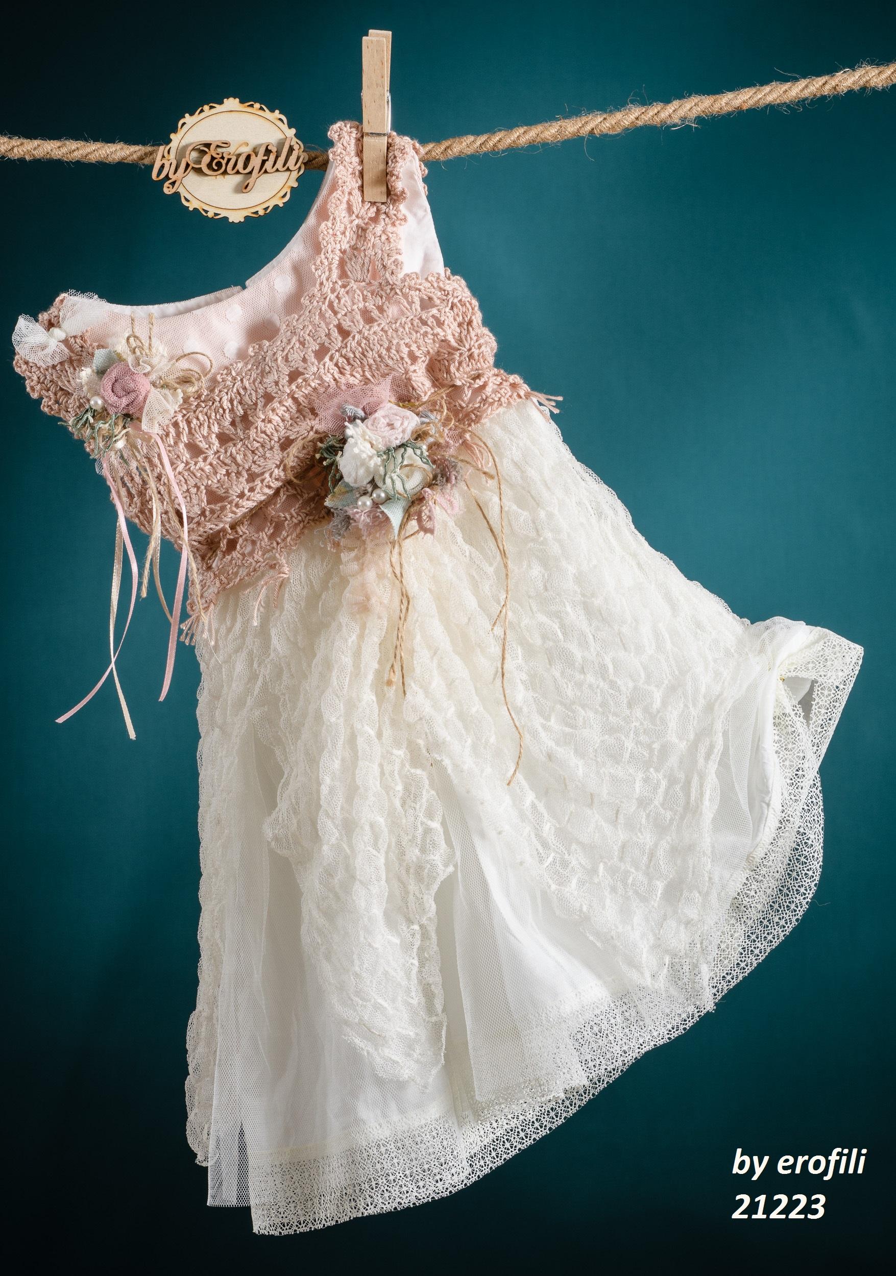 Ένα γλυκύτατο βαφτιστικό σύνολο για κορίτσι σε ροζ και λευκό που περιλαμβάνει:  Φόρεμα (φόδρα από 100% βαμβάκι) με μπούστο πλεγμένο στο χέρι με βελονάκι, πουά και τούλινες λεπτομέρειες και ένα μοναδικό συνδυασμό υφών στη φούστα  Στεφανάκι με ασορτί χειροποίητα λουλούδια