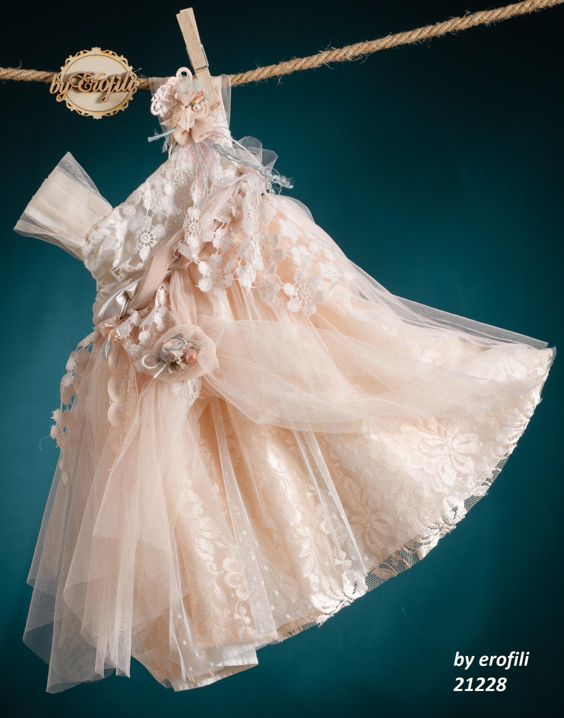Ένα γκλαμ βαφτιστικό σύνολο για κορίτσι σε απαλό κοραλλί που περιλαμβάνει:  Φόρεμα (φόδρα από 100% βαμβάκι) με δαντελένιο μπούστο, τούλινη φούστα, ζώνη με υφασμάτινα λουλούδια  Στεφανάκι με ασορτί χειροποίητα λουλούδια Για τις πιο εντυπωσιακές εμφανίσεις!